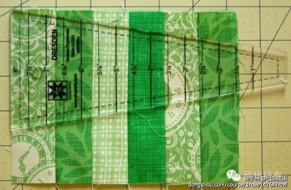 德雷斯登拼布尺大的一头放在布料的最边缘,如图。