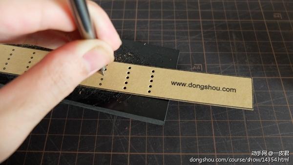 用0.4mm圆冲把图纸上的孔位都打好
