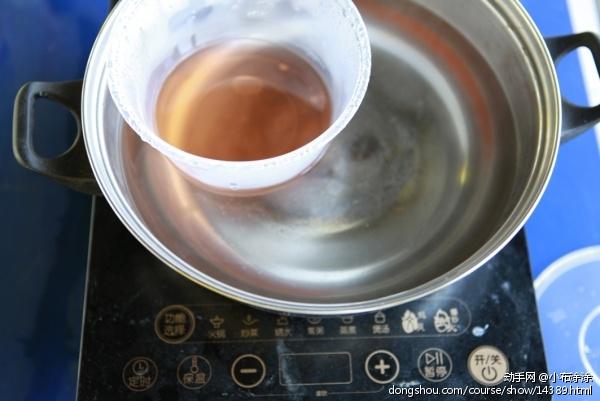 第一步熔蜡,将蜡放到电磁炉上加热至熔化,备用。