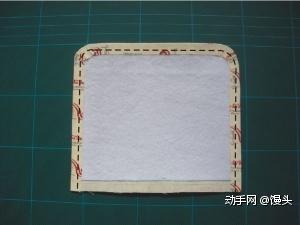 第二步:里布烫铺棉,并将缝份向里折,疏缝。