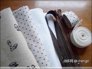 准备材料:表布42*68厘米、铺棉42*67厘米、里布42*60厘米、布用双面胶42*67厘米、口袋布及口袋里布14*16厘米、45厘米左右的长拉链一根,20厘米短拉链一根、背包带210厘米,压在背包带上的布条3*210厘米、花边和印唛.所需的材料可以根据包的大小自行调整。这款包的成品尺寸是:高宽25厘米底宽32厘米底厚8厘米