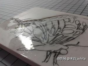 转印后,用(酒精+白乳胶)调好的保护液涂抹在橡皮上的图案上(也可以用素描的定画液喷在图案上,这样可以保证图案不会在刻的时候被摸花)