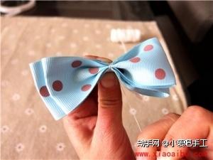 3:将重叠的二组织带折叠成如上图的蝴蝶结,剪一段缝纫线在蝴蝶结正中间位置扎紧