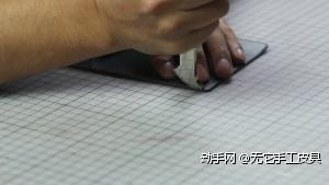 划边线:使用边线器在打磨平整后的皮边压出边线
