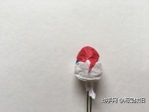 用小张与花朵同色纸藤包住花苞的顶部。