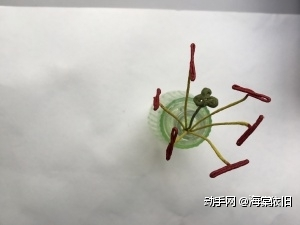 长铁丝用淡绿色植物胶带缠绕约18cm,将顶端用老虎钳加工成如图所示形状。