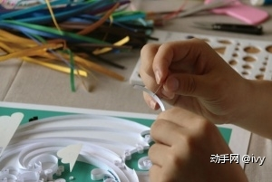 步骤二:开始上衍纸,选择一条你需要的颜色条!然后用大头针(或者牙签)沾上白乳胶涂在衍纸条的底部,注意不需要涂太多。