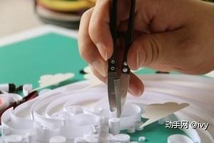 步骤四:衍纸条黏贴好后将多余的部分剪掉即可!也可以先剪了在黏贴!但是先剪的话就要算准要预留的长度!我一般是先黏贴前部分,到后部分时你就大概了解你要剪多少了。
