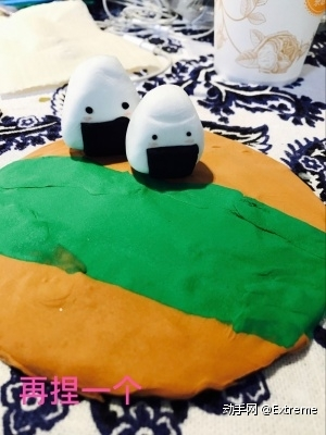 黏土 DIY 第五步:再捏一个饭团,放在铺好黏土的木板上!