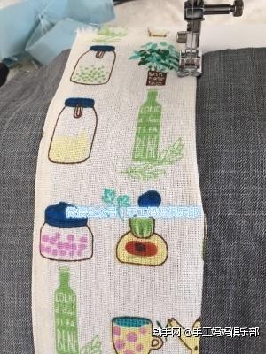 将铺棉垫在表布下方  装饰花布缝到表布+中央位置