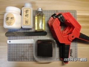 所需要的工具如下:胶水、砂纸条(各种目数的砂纸)、上胶棒。以上是最基础的工具,花费时间较长。有条件的可以添置以下工具:封边液、马油(牛角油)、湿水海绵、强力夹、削边器。以上工具可提高制作效率。