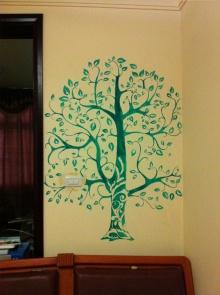 在家里的卧室做的墙绘,一面小墙画一棵树