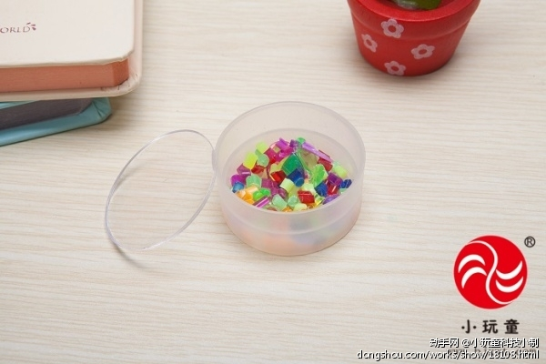 万花筒是我们经常玩的玩具,是益智玩具的一种只要往筒眼里一看,就会出现一朵美丽的花样。而且万花筒每转一次,里面的花都不一样。不断地转,图案也在不断变化,想知道为什么图案会一直的变化吗?走,一起去探究其中的奥秘吧! 实验目的: 1.体会动手制作万花筒过程的乐趣 2.感觉科学变化的奥妙 实验重点: 利用平面镜成像原理制作万花筒 实验认知: 万花筒是一种光学玩具,将有鲜艳颜色的实物放于圆筒的一端,圆筒中间放置三棱镜,另一端用开孔的玻璃密封,由孔中看去即可观测到对称的美丽图像。